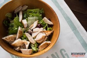 Смешиваем салатные листья с курицей, дыней и орешками