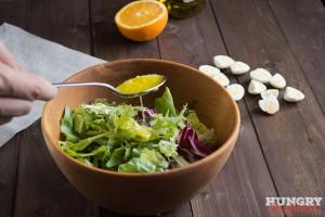 Поливаем листья салатной заправкой