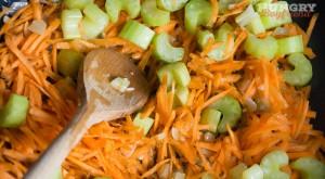 Добавляем морковь и сельдерей