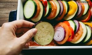 Выкладываем овощи в форму для запекания