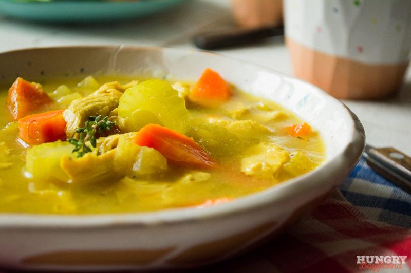 Легкий куриный суп с овощами готов