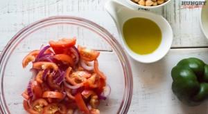 Нарезаем помидоры и лук