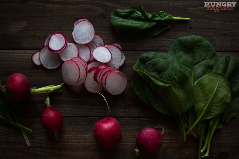 Нарезаем редис и шпинат