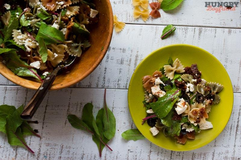 Салат с пастой и вялеными помидорами готов