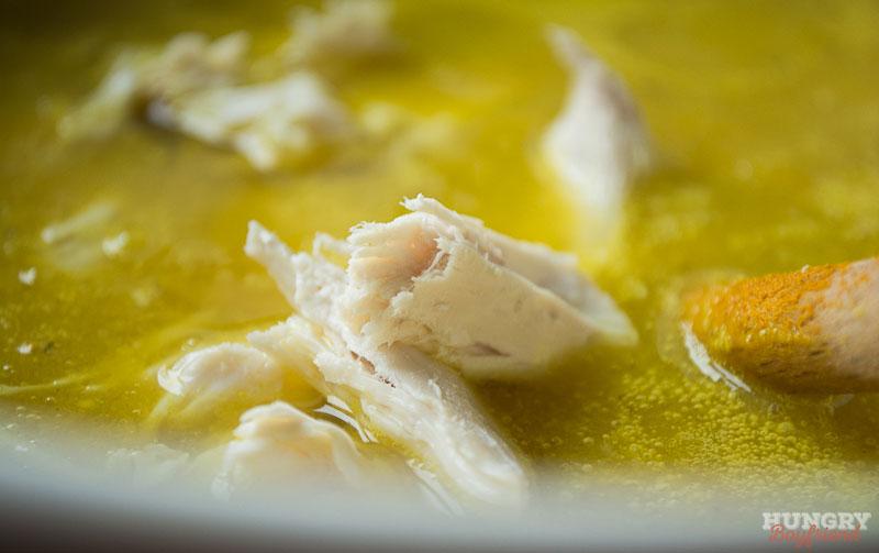 Выкладываем кусочки куриного филе в суп