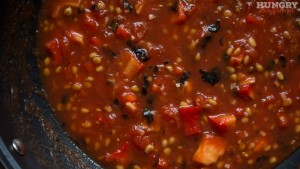 Добавляем помидоры в соус и тушим