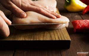 Нарезаем куриное филе продольно