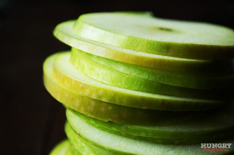 Нарезаем яблоки тонкими кольцами