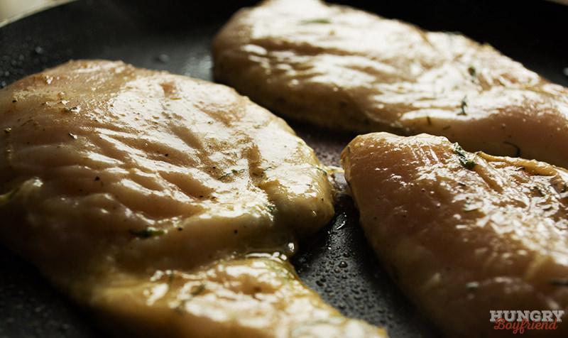 Обжариваем куриное филе до готовности