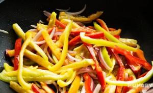 Обжариваем перцы