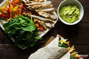 Подаем фахитос с листьями салата и разными соусами