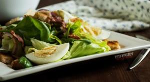 Салат со шпинатом, яйцами и беконом