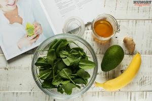 Ингредиенты для смузи из шпината, авокадо и банана