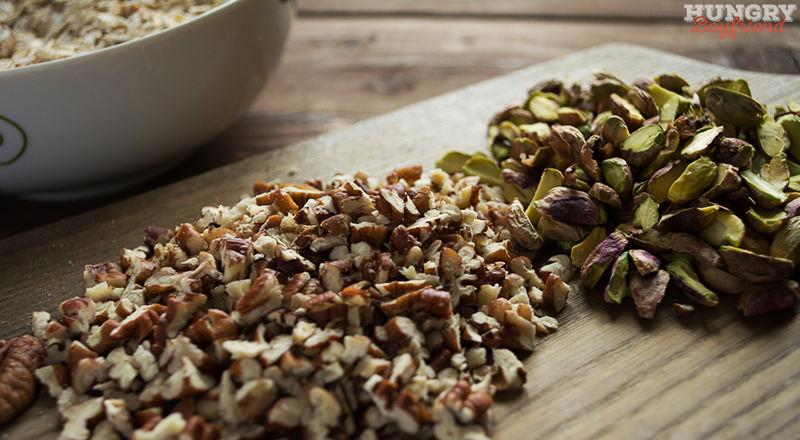 Нарезаем орехи и сухофрукты соразмерно