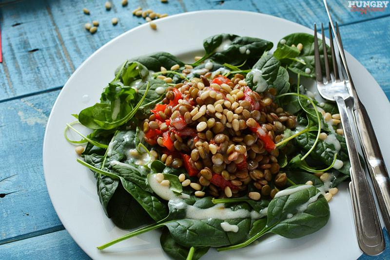 Салат из чечевицы с перцем и шпинатом готов