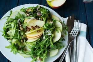 Салат с рукколой и яблоком готов