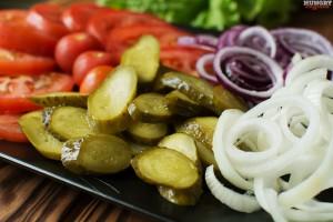 Нарезаем овощи для бургера