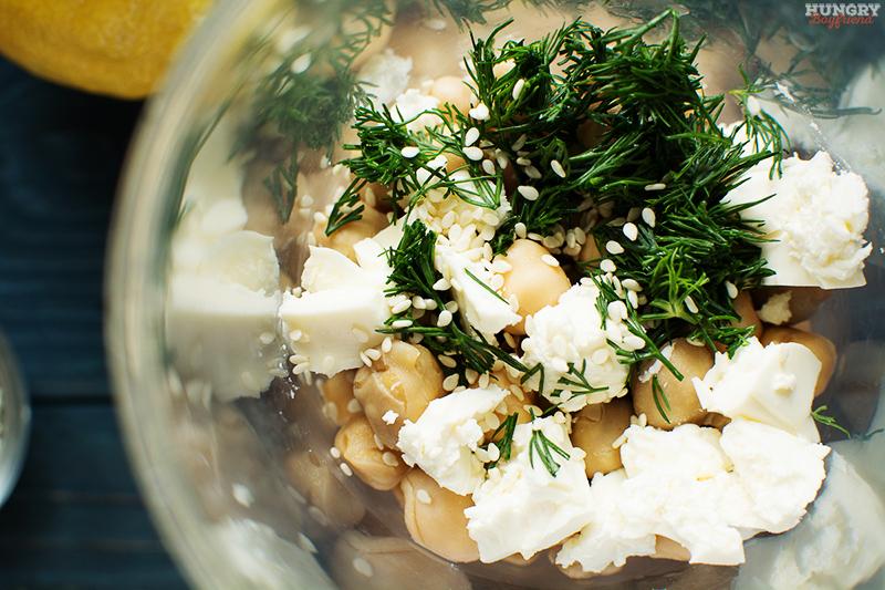 Закладываем ингредиенты для хумуса в блендер