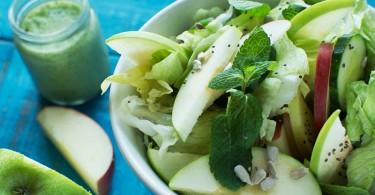 Салат с яблоком, огурцом и заправкой из базилика