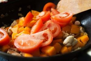 Добавляем томаты к рагу