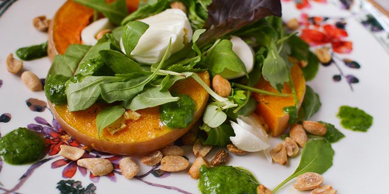 Салат с тыквой и моцареллой и зеленью