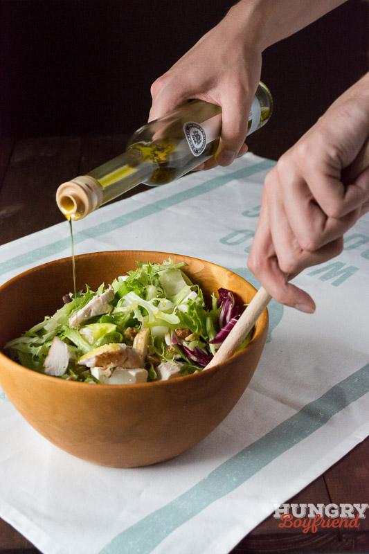 Салат с курицей и дыней готов