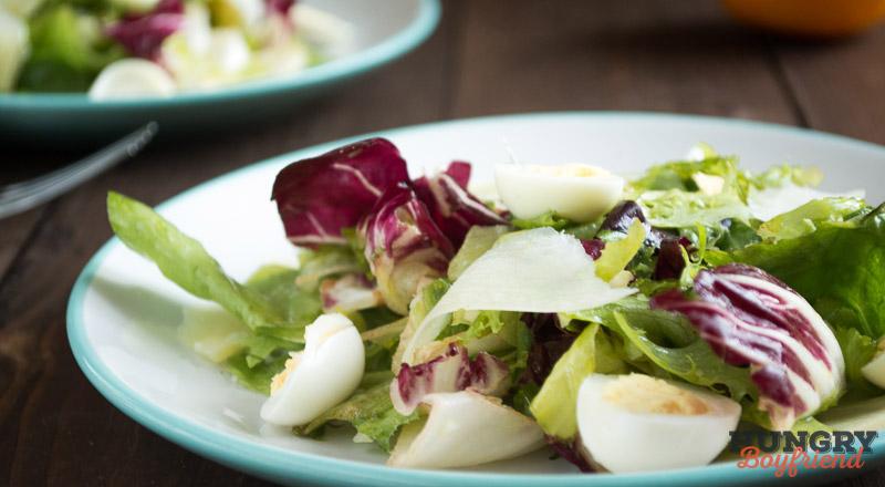 Зеленый салат с перепелиными яйцами