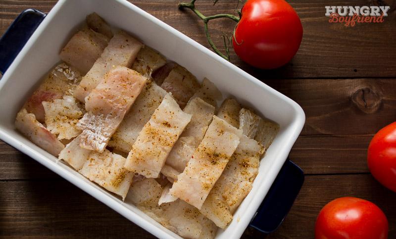 Рыбу нарезаем, соли и перчим