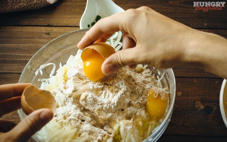 Добавляем яйца, муку и другие ингредиенты