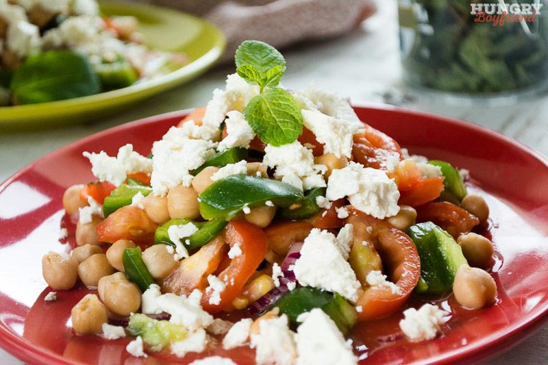 Салат из нута с помидорами и сыром фета готов