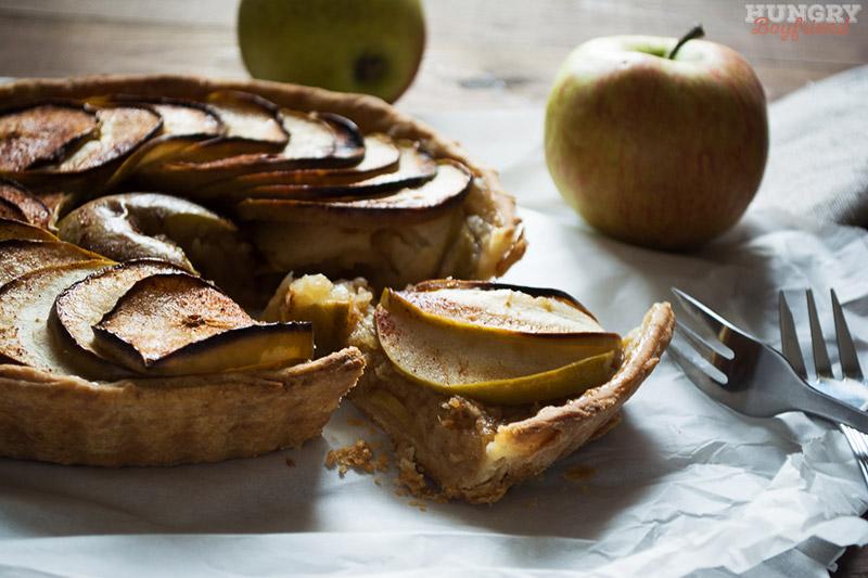 Открытый яблочный пирог готов