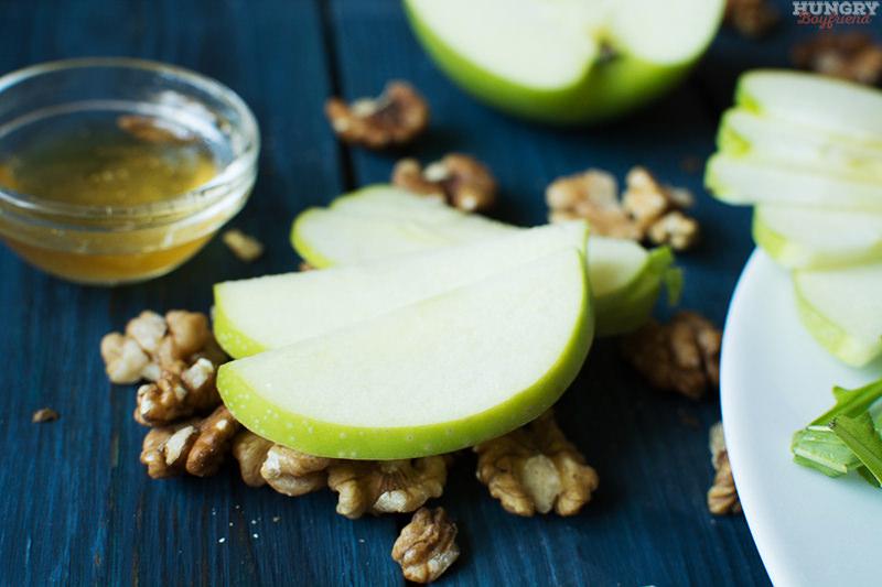 Нарезаем тонко яблоки для салата