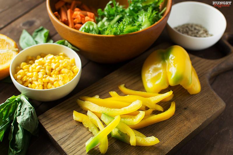 Нарезаем перец соломкой для салата