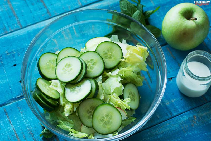 Нарезаем овощи и выкладываем их всалатник