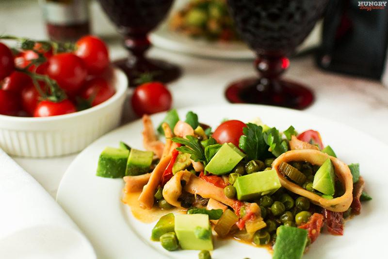 Кальмары с зеленым горошком, авокадо и томатами готовы