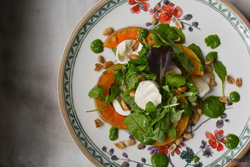 Салат с тыквой и моцареллой готов